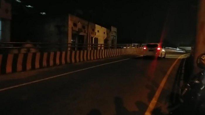 Kendaraan pribadi melintas dari Fly Over Amplas menuju jalur Tol Amplas tanpa penyekatan di Jalan Sisingamangaraja Medan, Sabtu (8/5/2021) pukul 02.00 dini hari. (Tribun-medan.com/ Arjuna Bakkara)