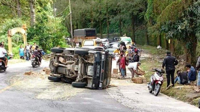Mobil Pickup Terguling di Berastagi, Telur Berserakan di Jalan