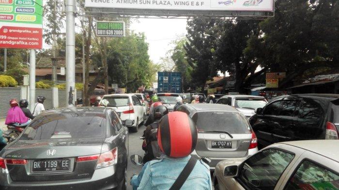 Kepadatan Arus Lalu Lintas Terjadi di Jalan Gaharu