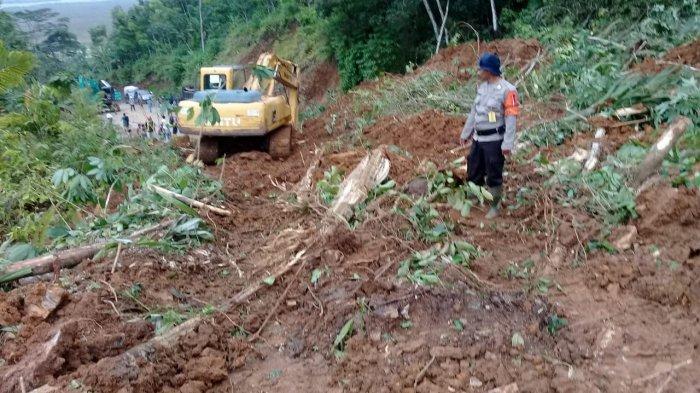 Longsor Tutup Badan Jalan di Kawasan Angkola Sangkunur, Lalu Lintas Sempat Terputus