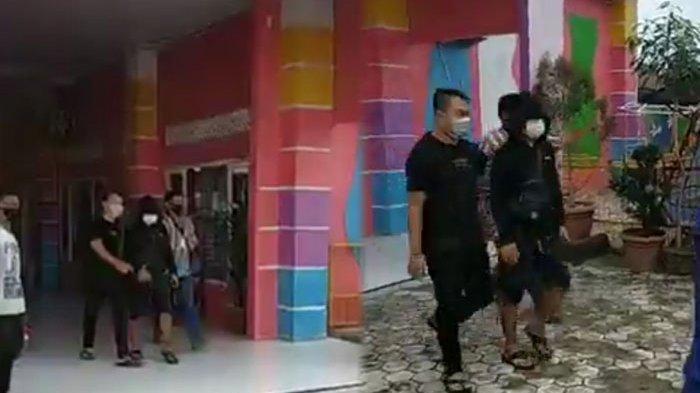 Kepsek Benyamin Sitepu mengenakan jaket hitam, masker putih, celana tanggung digiring polisi menuju mobil di SD GHS Medan, Kecamatan Medan Selayang, Senin (10/4/2021).