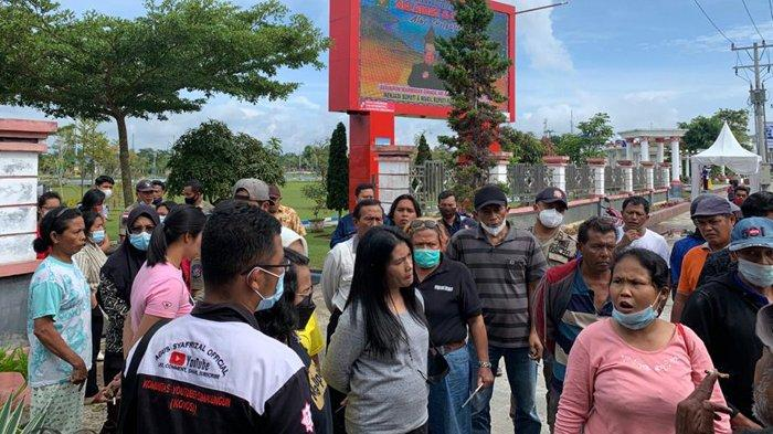 Keriuhan depan Kantor Bupati Simalungun pascapenemuan jenglot di pagar tanaman kawasan pusat pemerintahan tersebut, Jumat (9/7/2021)