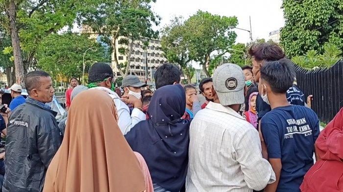 Warga Berkerumun Dapatkan Takjil Gratis di Kota Medan, Abaikan Physical Distancing