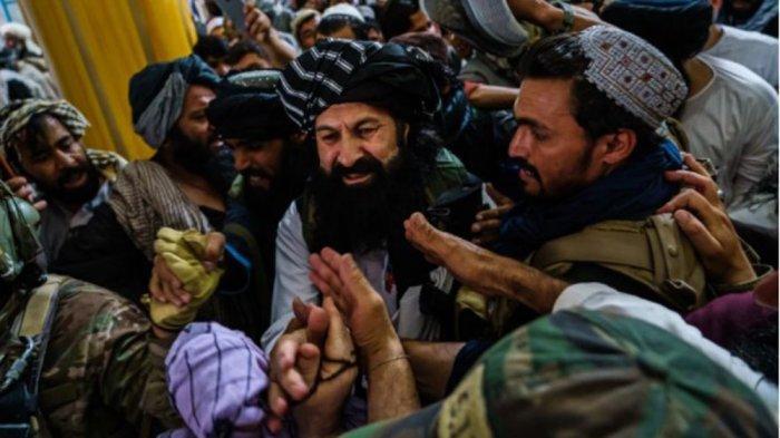 Khalil Rahman Haqqani dielu-elukan jemaah setelah Sholat Jumat