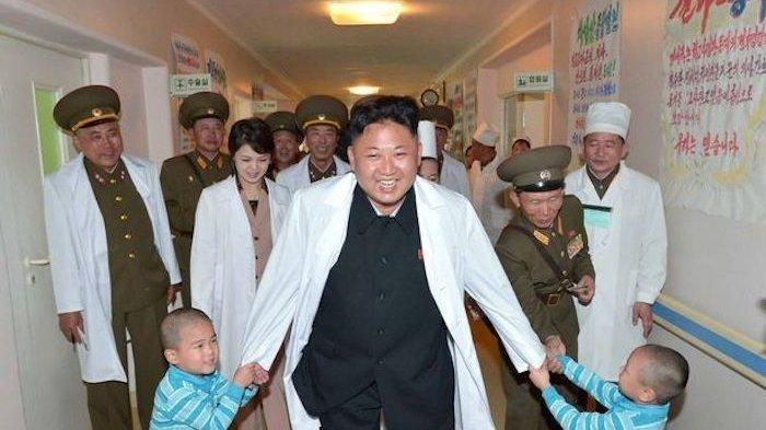 Kim Jong-Un dan istrinya Ri Sol-Ju bertemu dengan anak-anak di Rumah Sakit Umum Taesongsan di Pyongyang.