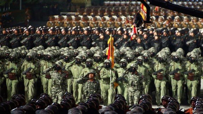 Defile pasukan Korea Utara dalam parade militer