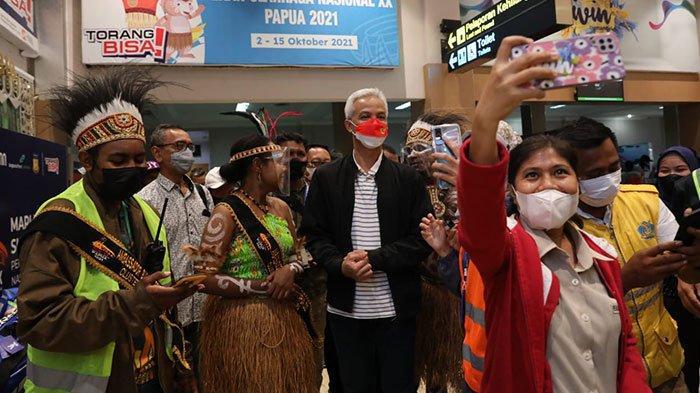 Tiba di Papua Ganjar Jadi Sasaran Foto Selfie Warga