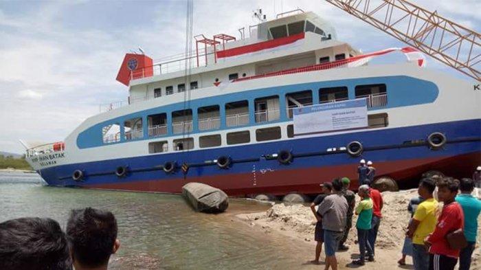 Alat Berat Dorong KMP Ihan Batak agar Dapat Mengapung di Danau Toba, Lihat Videonya. .