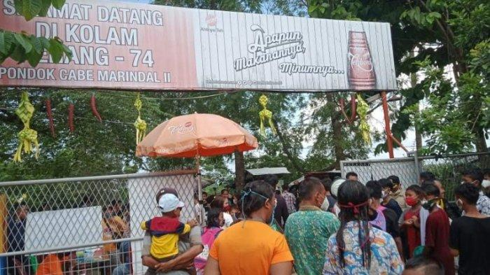 LANGGAR PROKES - Dinilai melanggar protokol kesehatan pencegahan Covid-19, Kepala Desa Marindal II, Jufri Antono, menertibkan kolam renang Pondok Cabe di Kecamatan Patumbak, Deliserdang, Sumatera Utara, Minggu (23/5/2021).