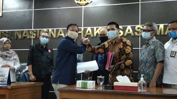 Komisioner Komnas HAM M Choirul Anam menerima sebundel berkas dari Ketua Wadah Pegawai KPK Yudi Purnomo di Kantor Komnas HAM RI Menteng Jakarta Pusat pada Senin (24/5/2021). Yudi ditemani Novel Baswedan dan sejumlah pegawai KPK