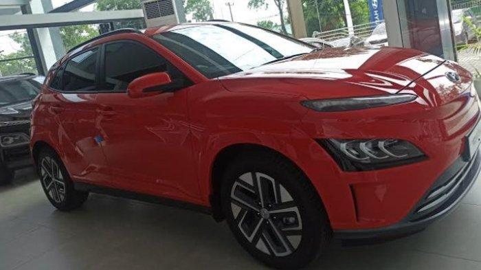 MOBIL LISTRIK - Display mobil listrik tipe Kona Electric di Hyundai Showroom, Jalan Gatot Subroto Medan, Jumat (28/5/2021). (Tribun-medan.com/Kartika Sari)