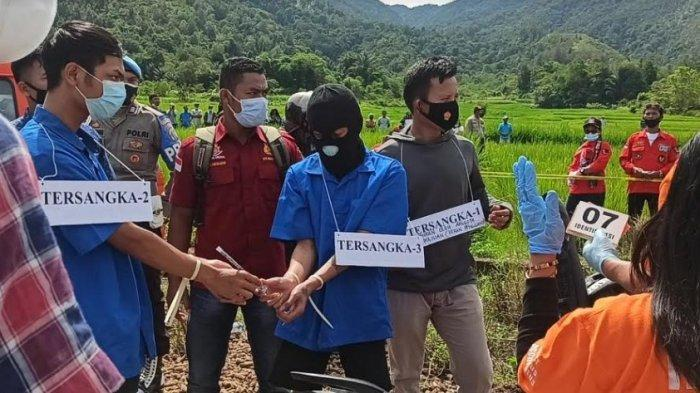 REKONSTRUKSI PEMBUNUHAN - Kondisi rekonstruksi pembunuhan guru SD di Desa Lumban Lobu pada Selasa (1/6/2021). (Tribun-medan.com/ Maurits Pardosi)