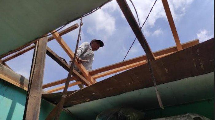Menyedihkan, Korban Bencana Angin Puting Beliung Terpaksa Tidur di Teras