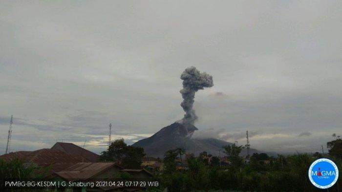 Gunung Sinabung di Kabupaten Tanahkaro menyemburkan debu vulkanik setinggi 2000 meter, Sabtu (24/4/2021).(HO)