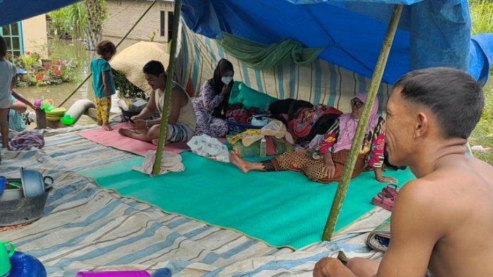Banjir tak Surut, Warga Desa Kwala Sikasim Tidur di Jalan