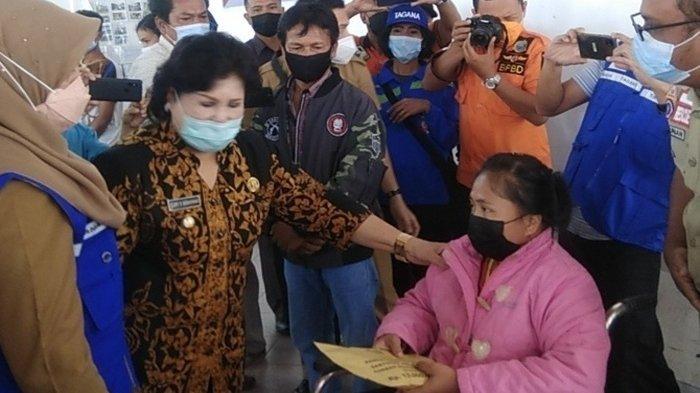 Korban Longsor Lau Bawang Karo Terima Bantuan Sosial Rp 15 Juta dan Perabot