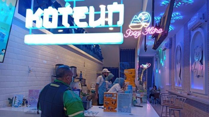 Ojol saat menunggu orderan makanan di Koteun Ice, Senin (15/3/2021).