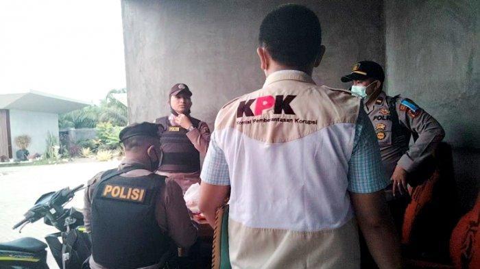 Penyidik KPK menggeledah rumah dinas Wali Kota Tanjungbalai Syahrial, Selasa (20/4/2021). Belum diketahui pasti terkait kasus apa penggeledahan ini.(TRIBUN MEDAN/ALIF ALQADRI)