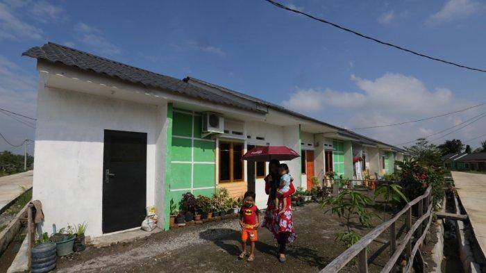 TRIBUN MEDAN/RISKY KPR UNTUK GENERASI MILENIAL - Warga melintas di depan perumahan KPR-BTN bersubsidi yang baru dibangun di Griya Sirsak Sei Mencirin, Jalan Salomo Ginting, Kabupaten Deliserdang, Sumatera Utara, Selasa (25/02/2020). PT Bank Tabungan Negara (BTN) meluncurkan program pembiayaan perumahan untuk generasi milenial