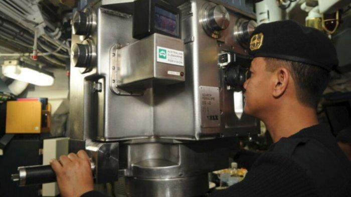 Anggota <a href='https://batam.tribunnews.com/tag/tni-al' title='TNIAL'>TNIAL</a> melihat melalui periskop Kapal Selam KRI Nanggala 402 di Dermaga Madura Komando Armada RI Kawasan Timur di Surabaya, Senin (6/2/2012).