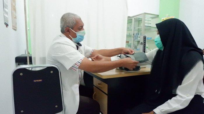 Dr. Ismurrizal, Sp.F dari Tim Kesehatan FK UISU sedang melakukan pemeriksaan Kesehatan terhadap salah satu calon mahasiswa Fakultas Kedokteran UISU di Kampus UISU Jalan SM Raja Medan, Minggu (1/8)