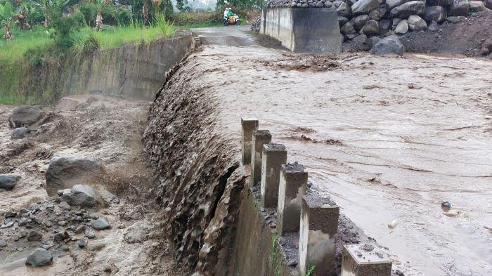 Lahar Dingin Gunung Sinabung Meluber di Jalanan, Dampak Hujan Deras