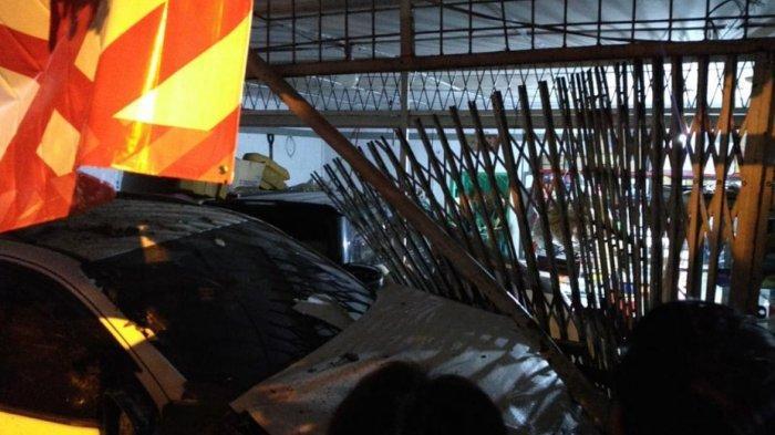 Daihatsu Sigra vs Toyota Fortuner Tabrakan di Jalan Setia Budi hingga Menyeruduk Rumah Toko