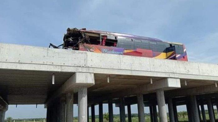 LAKALANTAS MAUT - Kecelakaan maut setelah dua bus pengangkutan umum CV Makmur dan PT RAPI tabrakan di Tol Pekanbaru-Dumai. (Tribun-medan.com/HO)