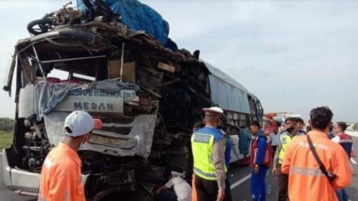LAKALANTAS MAUT - Kecelakaan maut dua bus pengangkutan umum CV Makmur dan PT RAPI yang terjadi di Tol Pekanbaru-Dumai. (Tribun-medan.com/HO)