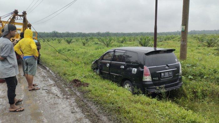 Menyalip Truk saat Hujan Deras, Mobil Penumpang Masuk Selokan di Jalinsum