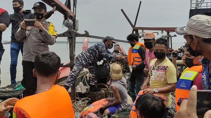 Cuaca Ekstrem Landa Asahan, Lanal TBA Bagikan Seratusan Pelampung ke Nelayan