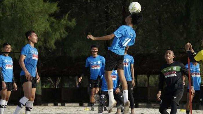 Pemain PSMS berlatih di Pantai Cermin, Serdangbedagai, Kamis (3/6/2021). Latihan di pantai fokus kepada peningkatan kemampuan fisik.
