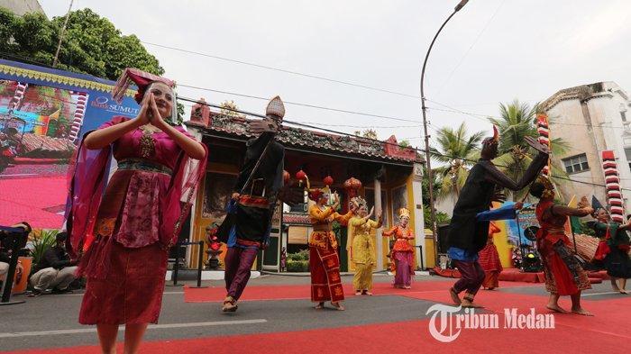 Kelompok kesenian menampilkan tarian multi etnis saat lauching Kesawan City Walk di depan Tjong A Fie Mansion, Medan, Sumatera Utara, Minggu (28/3/2021).TRIBUN MEDAN/RISKI CAHYADI