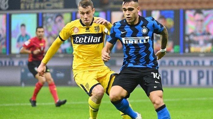 Lautaro Martinez (kanan) dibayangi oleh Riccardo Gagliolo (kiri) pada laga lanjutan pekan keenam Liga Italia antara Inter Milan dan Parma di Stadion Giuseppe Meazza, Sabtu (31/10/2020) atau Minggu dini hari WIB.