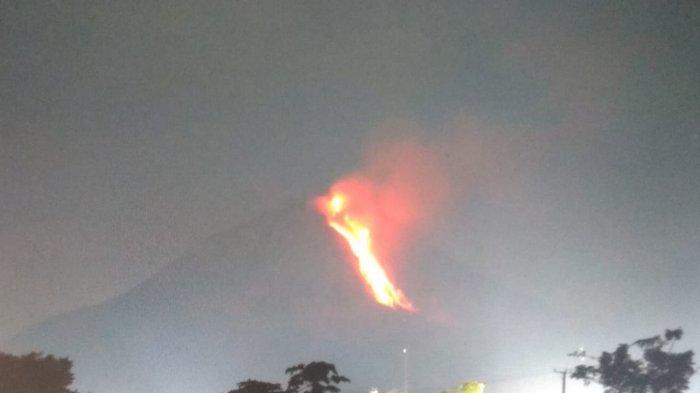 Gunung Sinabung Luncurkan Lava Pijar Sejauh 2.000 Meter