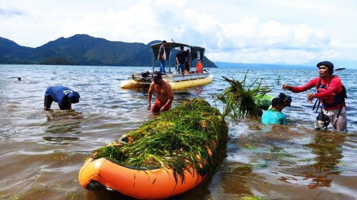 Peringati Hari Bumi, Kayaker Sumut Bersihkan Danau Toba