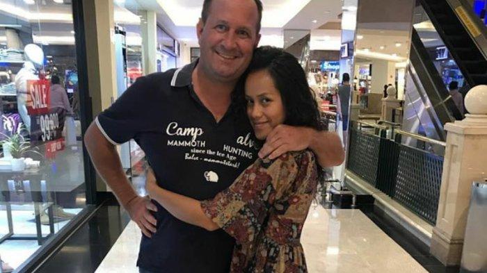 Potret Lia Waode dan suami