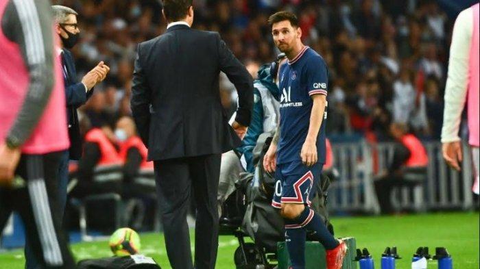 Lionel Messi tertangkap kamera tak menyalam pelatihnya Mauricio Pochettino dan berwajah murung di bangku cadangan.