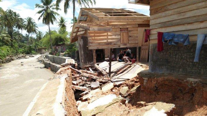 Rumah Kontrakan Lisna Hancur Diterjang Banjir Bandang Usai Hujan Tak Kunjung Henti di Sidempuan