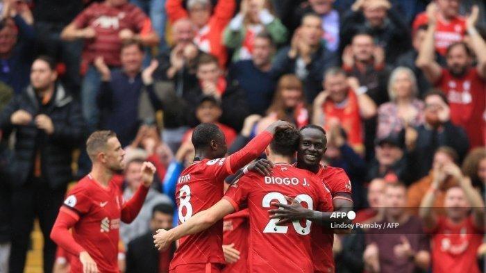 Striker Liverpool asal Portugal Diogo Jota (tengah) merayakan gol pertama dengan rekan satu tim selama pertandingan bola Liga Premier Inggris antara Liverpool dan Burnley di Anfield di Liverpool, barat laut Inggris pada 21 Agustus 2021.