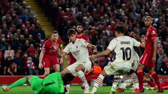 Penjaga gawang Liverpool asal Brasil Alisson Becker (kiri) melakukan penyelamatan dari gelandang AC Milan Spanyol Samuel Castillejo Azuaga selama pertandingan sepak bola Grup B putaran pertama Liga Champions UEFA antara Liverpool dan AC Milan di Anfield di Liverpool, Inggris barat laut pada 15 September 2021.