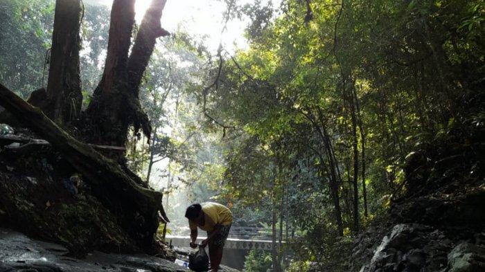 Lokasi air terjun ini juga tidak terlalu jauh dari Kota Sibolga