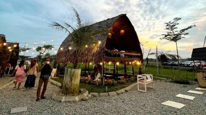 Lokasi wisata Sawah Lukis di Kota Binjai menjadi tempat pilihan untuk menunggu waktu berbuka puasa, Sabtu (17/4/2021). Di sini pengelola menyediakan menu buka puasa khas pedesaan.(TRIBUN MEDAN/AKHYAR)