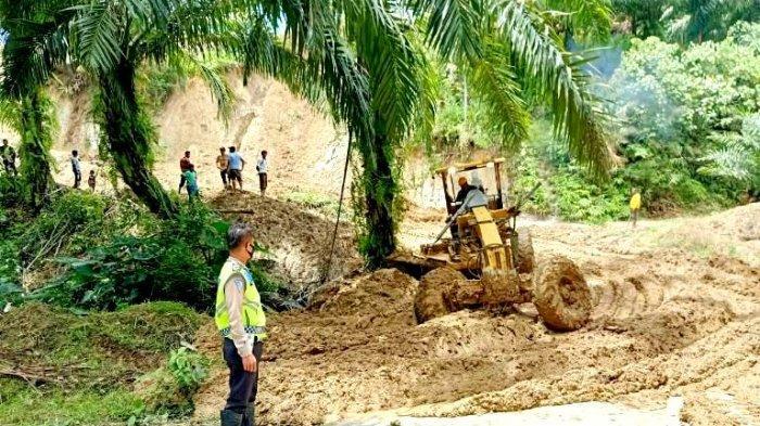 Hati-hati, Jalan Utama Desa Lumban Rau Masih Tertimbun Lumpur, Petugas Masih Berjaga