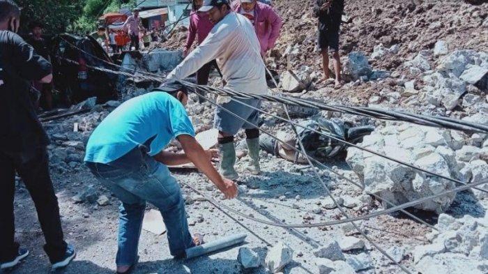 Bangunan PPU Katolik di Jalan Josep Sinaga Parapat, Simalungun, ambruk pada Senin (28/6/2021) dan dikabarkan tiga orang korban yang tertimbun, Senin (28/6/2021). (Tribun-medan.com/HO)