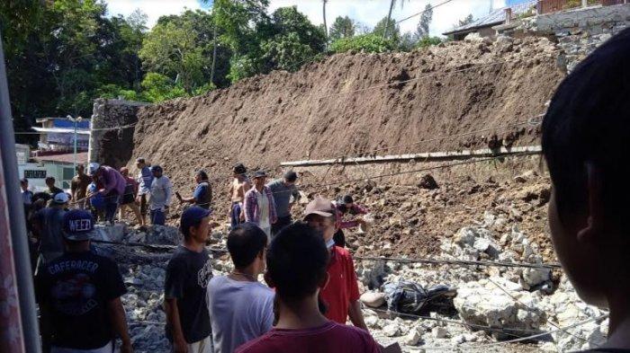 LONGSOR PARAPAT - Warga mencoba lakukan evakuasi setelah longsor material, Senin (28/6/2021). (Tribun-medan.com/HO)