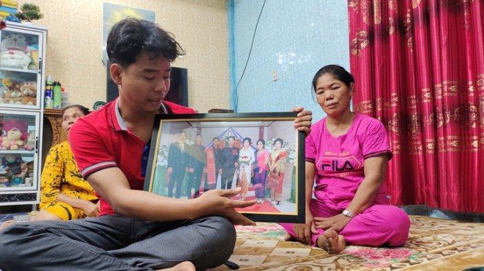 Lukya Betaria Sinaga, suami dari Ripa Nanda Damanik, korban yang meninggal dunia akibat diduga kelalaian medis saat menunjukkan foto korban, Selasa (18/5/2021).(TRIBUN MEDAN/ALIF ALQADRI)