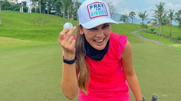 Potret Luna Maya Bermain Golf