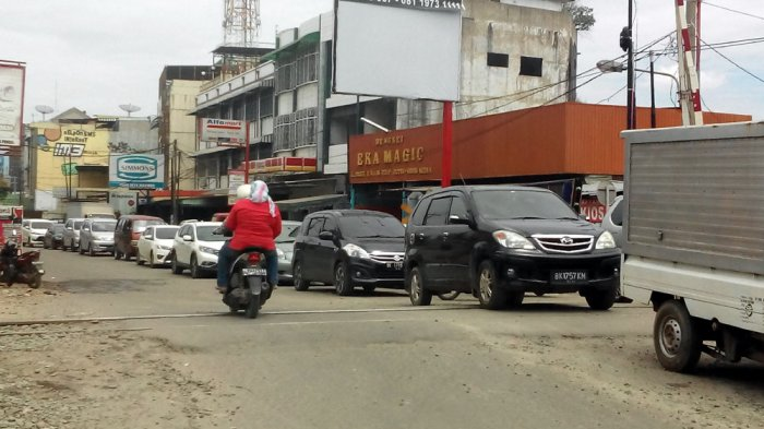 Simpang Glugur Padat Kendaraan, Pengendara Melintas di Trotoar