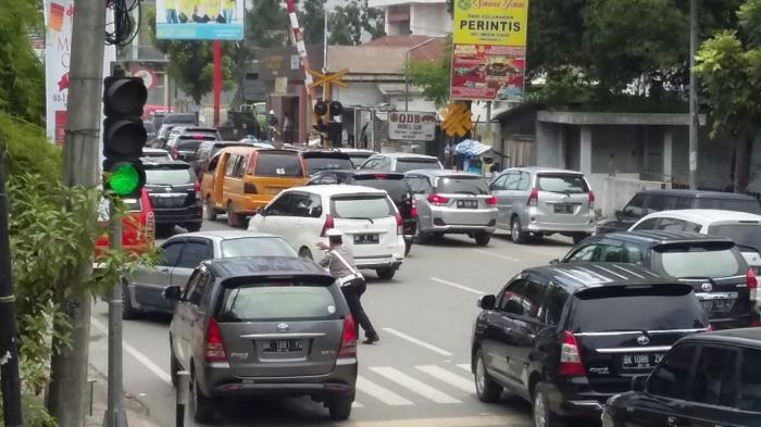 Palang Pintu Kereta Bermasalah, Jalan HM Yamin simpang Jalan Jawa Macet